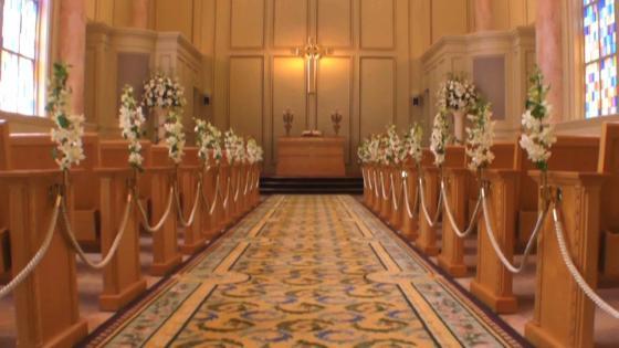 ステンドグラスの幻想的な光と、パイプオルガンの聖なる音色に包まれて、荘厳な挙式を リーガロイヤルホテル