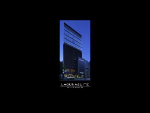 最上階チャペルで誓う永遠の絆。澄み切った青空と横浜の街がふたりを祝福してくれる ラグナスイート新横浜 ホテル&ウエディング