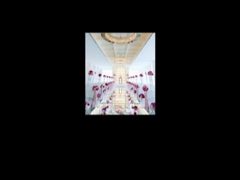 フラワーバージンロードとクリスタルの輝きが花嫁をより一層輝かせる華やかなチャペル ラグナヴェール SENDAI(LAGUNAVEIL SENDAI)