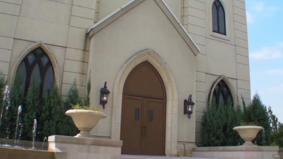 鮮やかなステンドグラスの光に包まれた大聖堂!15mのバージンロードに想いをのせて ザ・グランドティアラ 岡崎