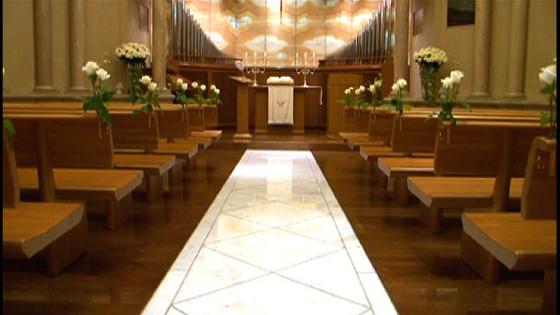 ルネサンス様式の荘厳なチャペル。光に映し出されるイエローオニキスの祭壇は神秘的 ウェスティンホテル東京