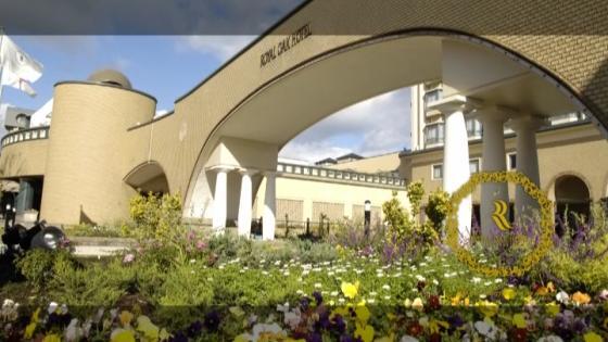 憧れの挙式が叶うホテル。神聖な挙式ができるチャペル式、映画のようなアトリウム挙式 ロイヤルオークホテル スパ&ガーデンズ