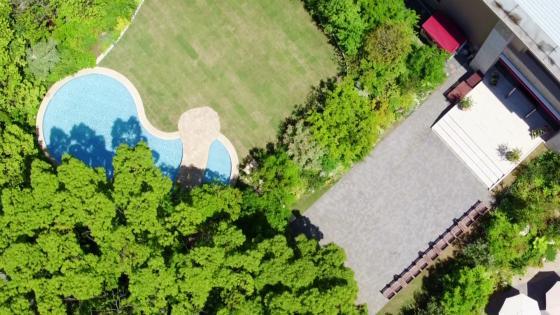 まばゆい芝生、風がやさしく薫る庭園。非日常へと旅する大人のリゾートパーティが叶う LAZOR GARDEN OSAKA(ラソール ガーデン 大阪)