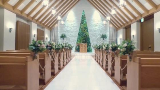 木の温もりと緑が調和するナチュラルモダンな空間で祝福につつまれるやさしい挙式を HOTEL HANSHIN OSAKA(ホテル阪神大阪)