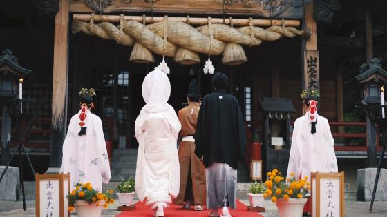 自然に抱かれた【出雲大社】。縁結びの神様に見守られ、絆を感じる感動の挙式に 出雲記念館