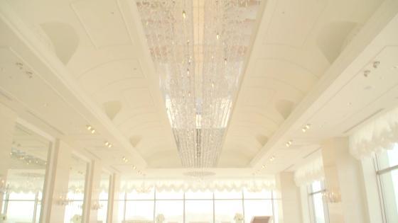 最上階のスカイチャペル、大きな窓から自然光が大理石のバージンロードを輝かせる ホテルモントレ姫路