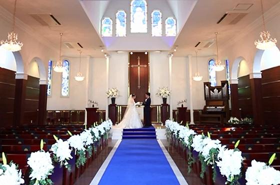 青いバージンロードの大聖堂で憧れの花嫁姿と感動のセレモニーを叶えよう ティアラガーデンズ伊勢崎