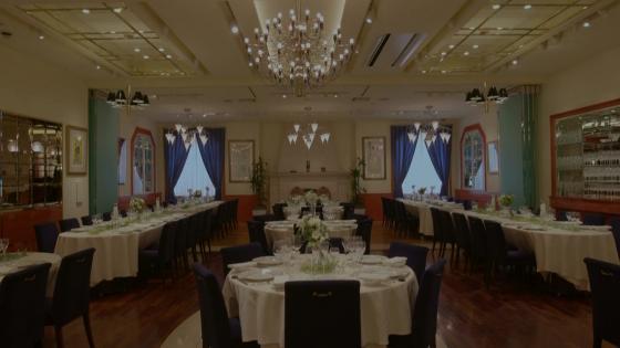 洗練されたレストランで歓びを語り合うゲストに囲まれて 赤坂ル・アンジェ教会