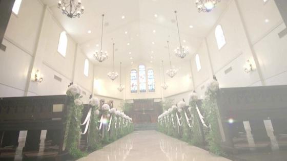 ステンドグラスが美しいチャペルでの挙式の後は、大階段で笑顔あふれるひとときを ファウンテンヒルズ仙台