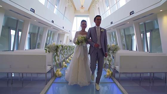 自然光が差し込むチャペルでの挙式後は大階段でゲストから祝福のフラワーシャワーを 長岡ベルナール・アンジュフォンティーヌ迎賓館・料亭いまつ