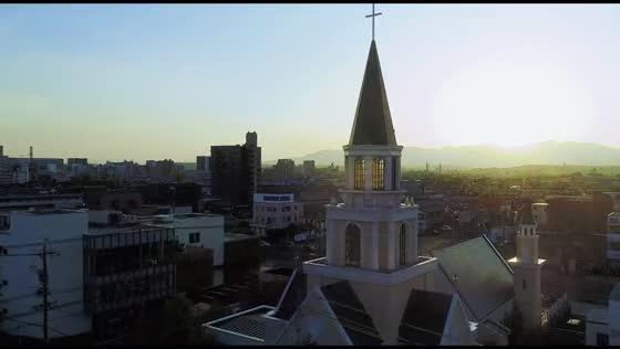 バージンロード25m×高さ30mの尖塔が魅力の大聖堂は三重県屈指のスケール アールベルアンジェ四日市