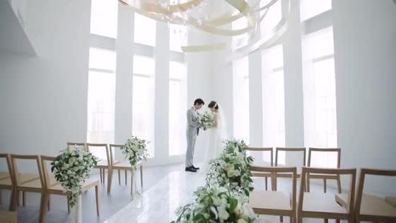 ステンドグラス輝く白亜の邸宅風チャペル 自然光が差し込み、明るく開放的な空間 小さな結婚式 新潟店