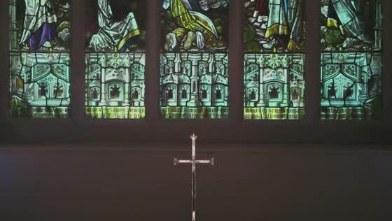 5連のステンドグラスに包まれ、まるで劇場の様な美しさの教会で叶える感動的な結婚式 QueenzK(クイーンズ ケイ)